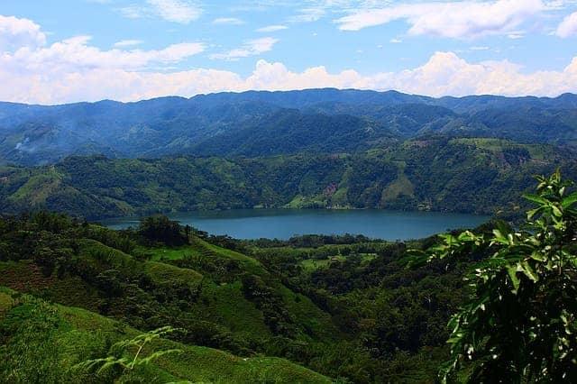Laguna en medio de montañas en Norcasia Caldas