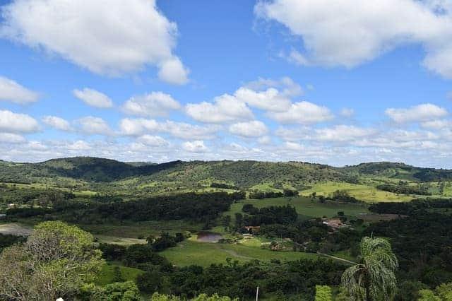 Paisaje de montañas y cielo azul ecoturismo rural