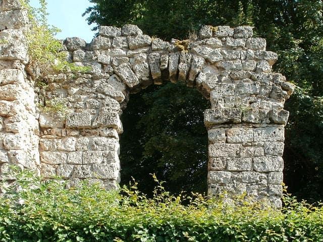 Ruinas de un acueducto del imperio romano cerca de la ciudad de valencia