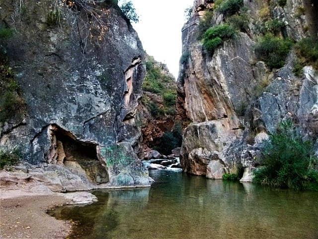 Lago de agua y montañas rocosas en de la ruta del agua de Chelva