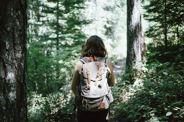 Senderista recorriendo la sierra de los Bosques España
