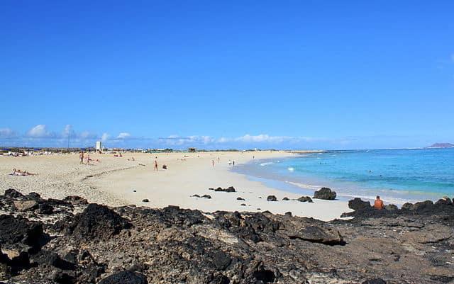 Playa y formación rocosa en Corralejo Fuerteventura