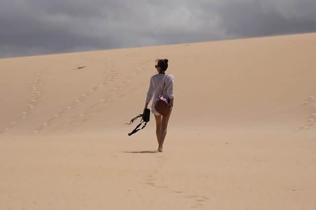 Mujer realizando el gran recorrido 131 de senderismo por Fuerteventura