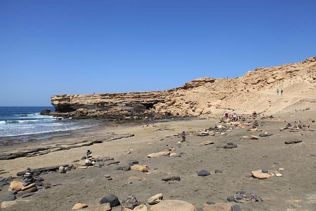 Playa rocosa con una pronunciación que asemeja una pared - Playa de la Pared en Fuerteventura