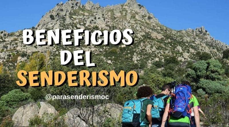 Grupo de senderismo subiendo una montaña y disfrutando de los beneficios del senderismo